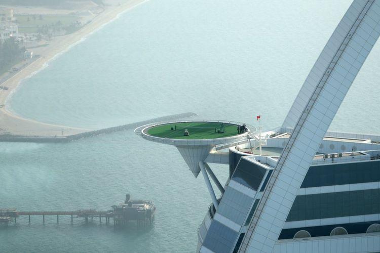 Helipad disediakan untuk para tamu yang ingin menikmati pemandangan Kota Dubai.