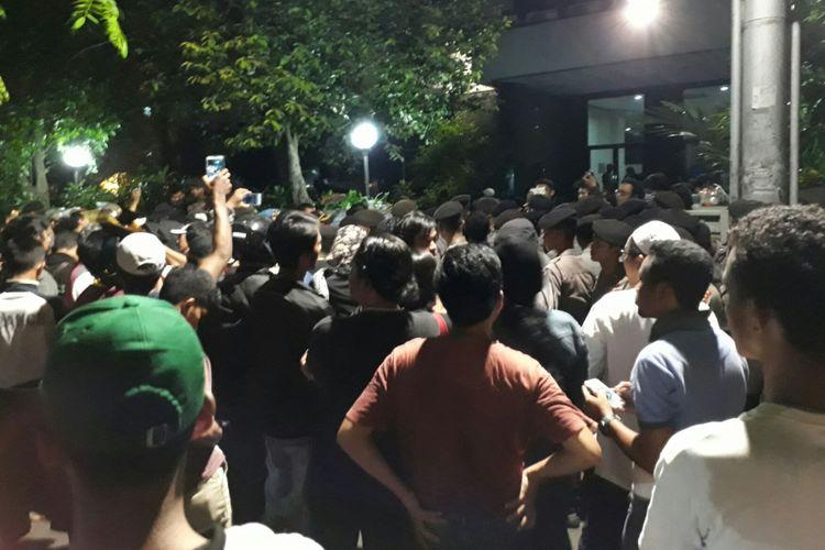 Massa mendatangi kantor LBH Jakarta untuk memprotes acara yang disebut berbau komunis, Minggu (17/9/2017)