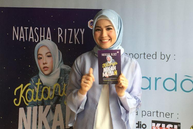 Natasha Rizki berpose dalam acara peluncuran buku berjudul 'Katanya Nikah Muda(h)' di Gordi HQ, Cilandak Timur, Jakarta Selatan, Senin (23/4/2018).