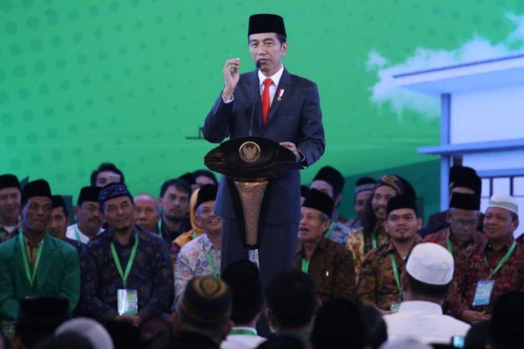 Presiden  Joko Widodo memberikan sambutan dalam acara penandatanganan kerja sama antara Kementerian Ketenagakerjaan dengan pondok pesantren penerima bantuan BLK Komunitas untuk pesantren di Jakarta Rabu (20/2/2019).