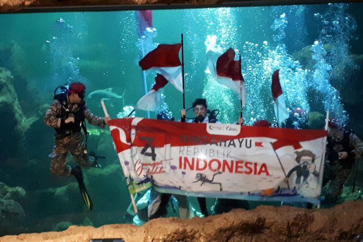 Geladi bersih pengibaran bendera Merah Putih di Aquarium Utama Sea World Ancol, Jakarta Utara, Senin (12/8/2019).