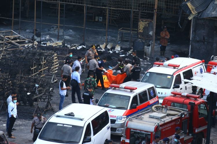 Personel Kepolisian Polda Metro Jaya mengevakuasi jenazah korban kebakaran pabrik kembang api di Kosambi, Tangerang, Banten, Kamis (26/10/2017). Kebakaran yang diduga akibat dari ledakan salah satu tempat pembuatan kembang api yang baru beroperasi dua bulan ini menewaskan setidaknya 47 orang karyawan dan puluhan lainnya terluka bakar.