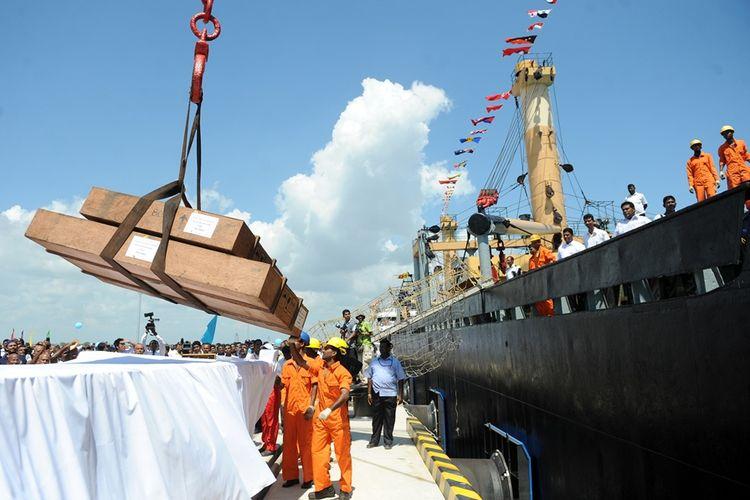 Aktivitas bongkar muat barang dari kapal di pelabuhan Hambantota, Sri Lanka.