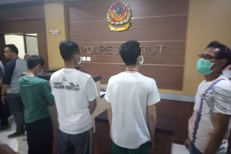 Tiga orang yang diduga pelaku pembakaran bendera saat menyampaikan permintaan maaf di Mapolres Garut, Selasa (23/10/2018