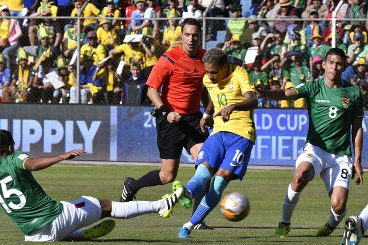 Striker Brasil, Neymar (tengah), melepaskan tembakan dalam laga Kualifikasi Piala Dunia 2018 zona Amerika Selatan kontra Bolivia di Stadion Hernando Siles, La Paz, pada 5 Oktober 2017.