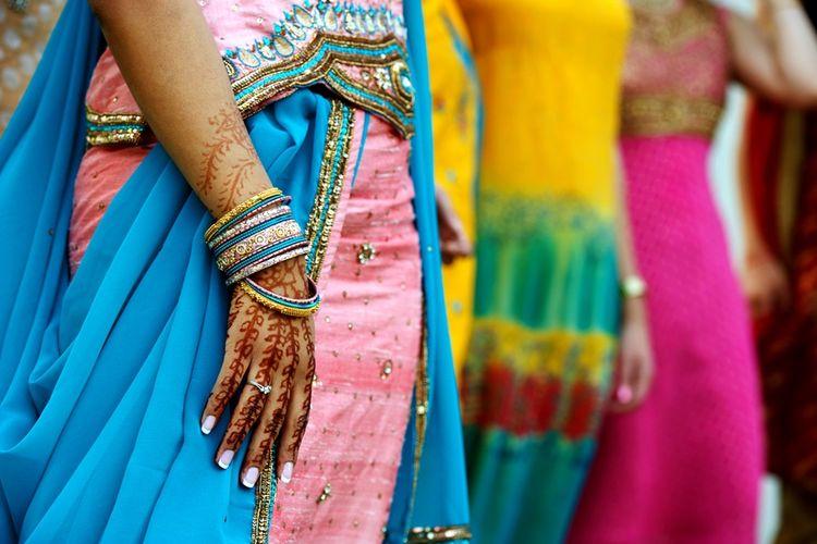 Ilustrasi perempuan India mengenakan sari.