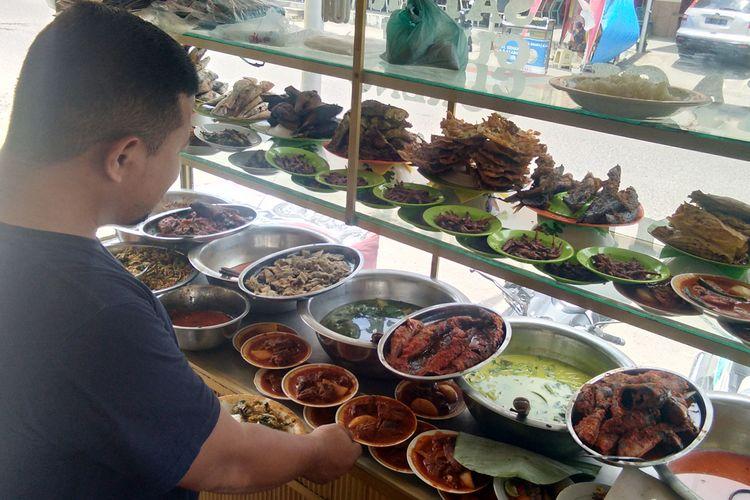 Pengunjung mengambil sendiri nasi dan lauk di Warung Mawardi, Jalan Samudera Baru, Kecamatan Banda Sakti, Kota Lhokseumawe, Aceh, Sabtu (13/4/2019).