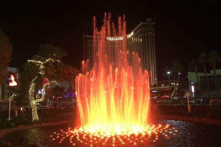Air mancur bercahaya di area The Venetian di Las Vegas, Nevada, Amerika Serikat. Gambar diambil pada Selasa (28/11/2017) waktu setempat atau Rabu (29/11/2017) WIB