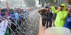 Diguyur Hujan, Gus Ipul Temui Ribuan Buruh yang Unjuk Rasa