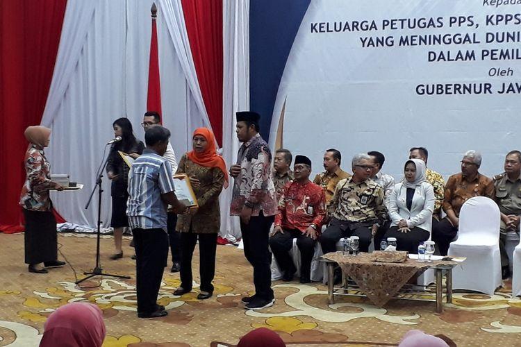Acara pemberian santunan untuk keluarga tenaga Pemilu di gedung negara grahadi Surabaya, Jumat (26/4/2019)
