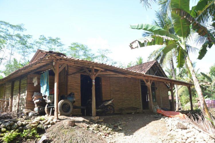 Kondisi rumah salah satu warga yang berada di Desa Kayen, Kecamatan Karangan, Trenggalek, yang menjadi obyek perdebatan sengit antara calon wakil gubernur Jawa Timur Emil Dardak dengan Puti Guntur pada debat Pilkada Jatim, minggu lalu.