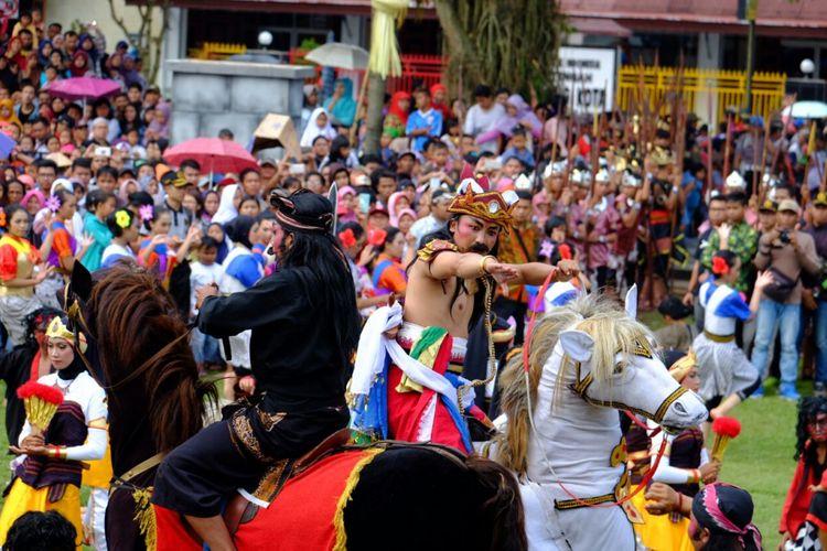 Tari kolosal berjudul Babad Tanah Mantyasih ini menjadi bagian prosesi Grebeg Gethuk pada puncak perayaan HUT ke 1.112 Kota Magelang, Jawa Tengah, Minggu (15/4/2018).