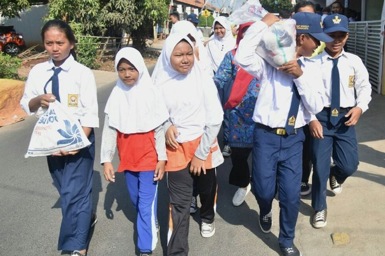 Pelajar SMPN 5 Purwakarta membagikan beras pada warga miskin yang tinggal di sekitar sekolah, Kamis (7/9/2017). Aksi sosial ini merupakan perwujudan program Kemis Poe Welas Asih.