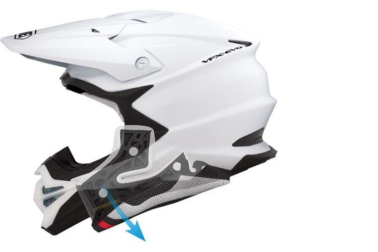 EQRS berfungsi untuk memudahkan melepas kepala pengendara dari helm jika terjadi kondisi darurat.
