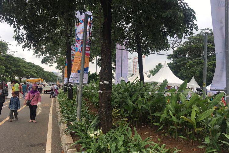 Sisa-sisa dodol sepanjang 4.000 meter dalam acara Bekasi Zaman Now, di Jalan Boulevard Ahmad Yani Summarecon, Kota Bekasi, Jawa Barat, Minggu (11/2/2018).