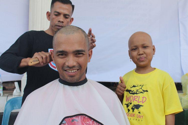 Seorang warga mencukur habis rambutnya sebagai bentuk solidaritas terhadap penderita kanker di Aceh dalam rangka memperingati Hari Kanker Internasional di Banda Aceh.
