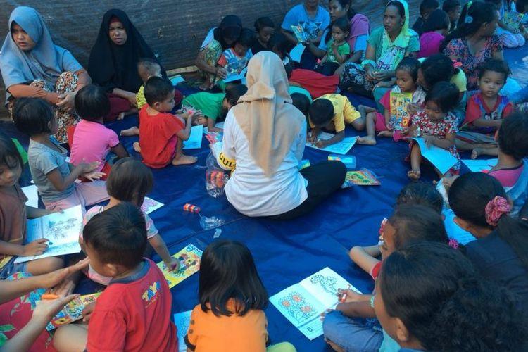 Tim Universitas Indonesia (UI) Peduli pada Kamis (11/10/2018) sampai dengan Jumat (12/10/2018) ini telah melakukan pembagian logistik kepada para pengungsi untuk membantu kebutuhan makanan pokok para pengungsi di Desa Sirenja, Kecamatan Donggala.