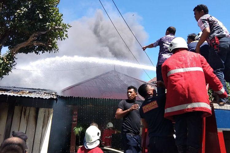 Sebuah rumah, warung dan enam kamar kos kosan di Kota Ternate, Maluku Utara terbakar, Kamis (06/12/2018)