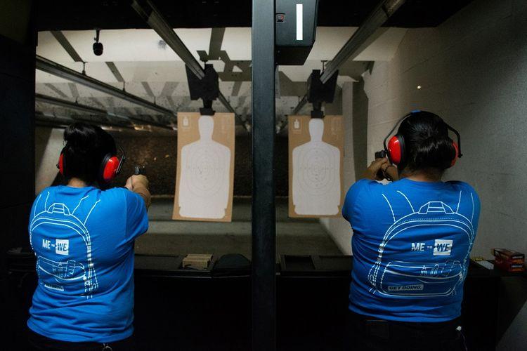 Dua warga El Paso, Texas, mengikuti kelas latihan menembak menyusul insiden penembakan massal di Walmart.