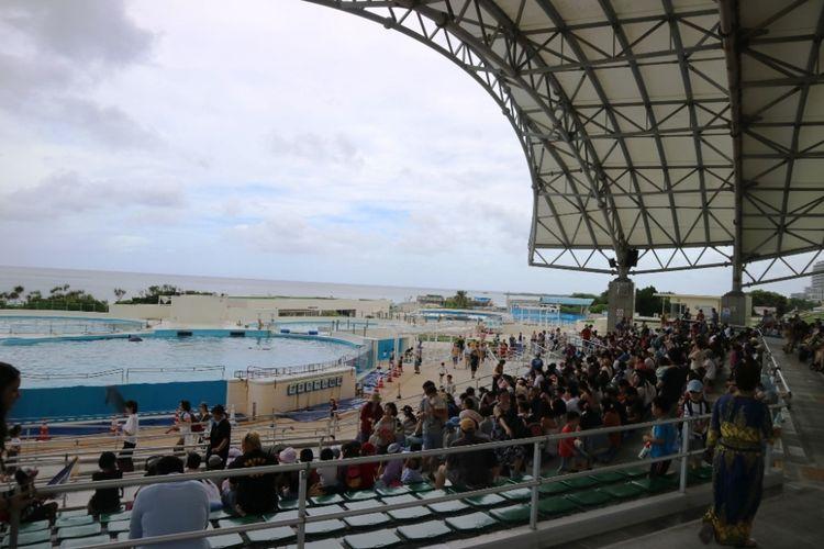 Wisatwan bersiap menyaksikan pertunjuka lumba-lumba di dome Akuarium Churami Okinawa, Okinawa, Jepang, Sabtu (30/6/2018). Aquarium ini merupakan yang terbesar di Jepang, berada di Kota Kunigami, Okinawa.