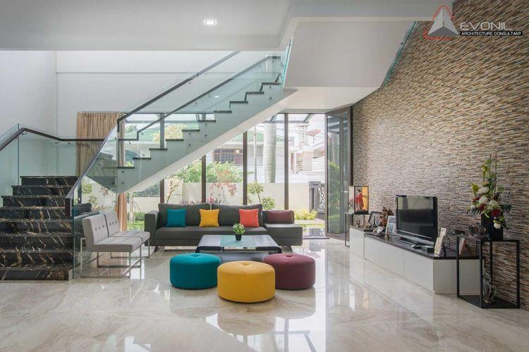 Dekorasi ruang keluarga Residence Green Garden di Jakarta karya Evonil Architecture.