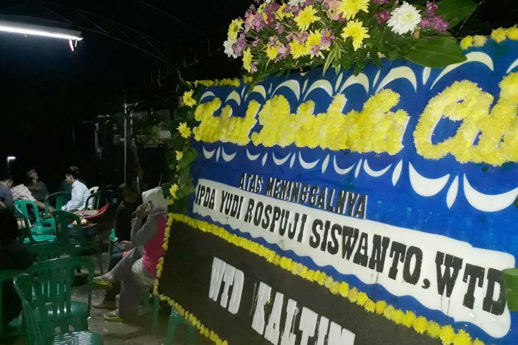 Karangan bunga untuk almarhum Ipda Yudi Rospuji Siswanto