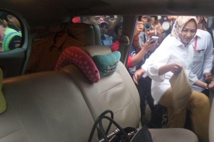 Wali Kota Tangerang Selatan Airin Rachmi Diany menaiki mobil seusai menghadiri pemanggilan KPK, Selasa (14/11/2017).