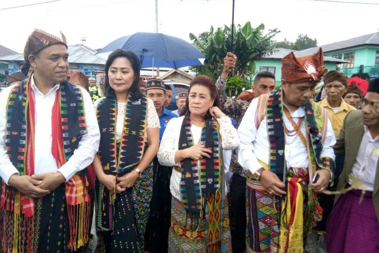 Benny Kabur Harman dan Benny Alexander Litelnoni yang didampingi istri masing-masing, saat berada di Ruteng, Kabupaten Manggarai, Nusa Tenggara Timur (NTT) Sabtu (27/1/2018)