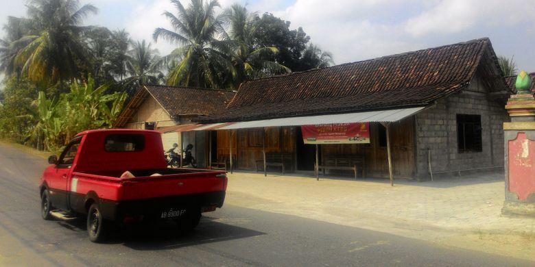 Warung Makan Mbah Kebo di Dusun Jambon, Desa Donomulyo, Kecamatan Nanggulan di Kulon Progo, Yogyakarta. Dari pusat kota Wates, pengunjung bisa menemukan Mbah Kebo ini sekitar 10 menit berkendara roda empat, menuju Nanggulan. Warungnya hanya dihiasi spanduk dengan tulisan kecil.