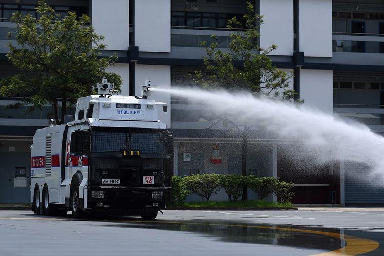 Kepolisian Hong Kong mendemonstrasikan penggunaan kendaraan meriam air di kompleks Unit Taktis Polisi di Hong Kong, Senin (12/8/2019).