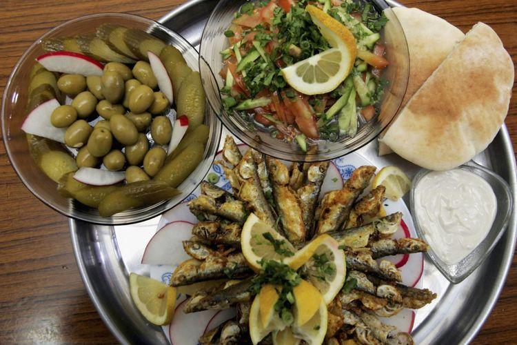 Sayuran segar, zaitun, dan ikan adalah bagian dari diet Mediterania yang dapat membantu orang tetap kuat sampai tua.