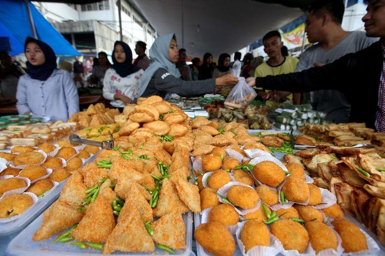 Warga berburu makanan untuk berbuka puasa di Pasar Benhil, Jakarta, Kamis (17/5/2018). Umat muslim di Indonesia hari ini mulai menjalankan ibadah puasa.