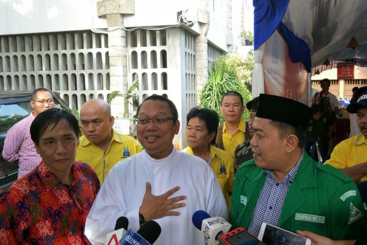 Pastor rekan Gereja Katedral Cristiono Puspo dan Sekretaris GP Ansor DKI Jakarta Dendy Zuhairil di Gereja Katedral Jakarta Minggu (24/12/2017). GP Ansor membantu pengamanan natal di gereja tersebut.