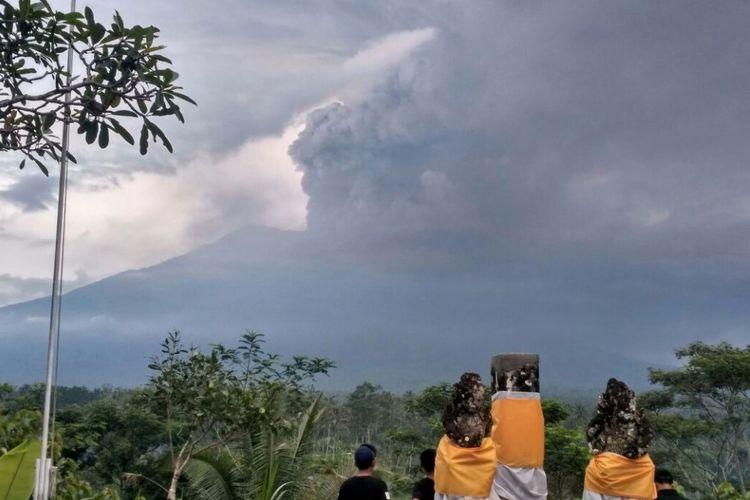 Letusan Gunung Agung yang terletak di Kabupaten Karangasem, Bali, terus membesar, Minggu (26/11/2017).