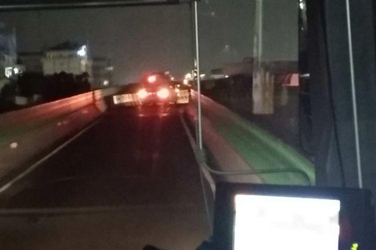 Bus transjakarta 13C Tosari-Ciledug, Rabu (11/4/2018) berkendara dipandu mobil untuk penerangan.