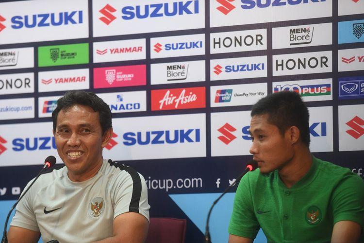 Pelatih timnas Indonesia Bima Sakti (kiri) didampingi pesepak bola timnas Evan Dimas (kanan) memberi keterangan pers menjelang laga lanjutan Piala AFF 2018 antara Thailand melawan Indonesia di Stadion Nasional Rajamangala, Bangkok, Thailand, Jumat (16/11/2018).