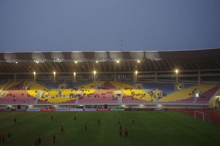 Tampak dalam Stadion Manahan, Solo, dengan single seat dan membentuk motif Batik Kawung usai direnovasi. Gambar diambil pada 15 Februari 2020.