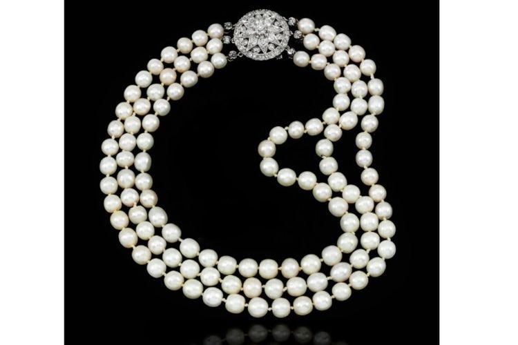 Kalung berlian dan mutiara alam dari abad ke-19 yang pernah dimiliki oleh Ratu Perancis Maria Antoinette.