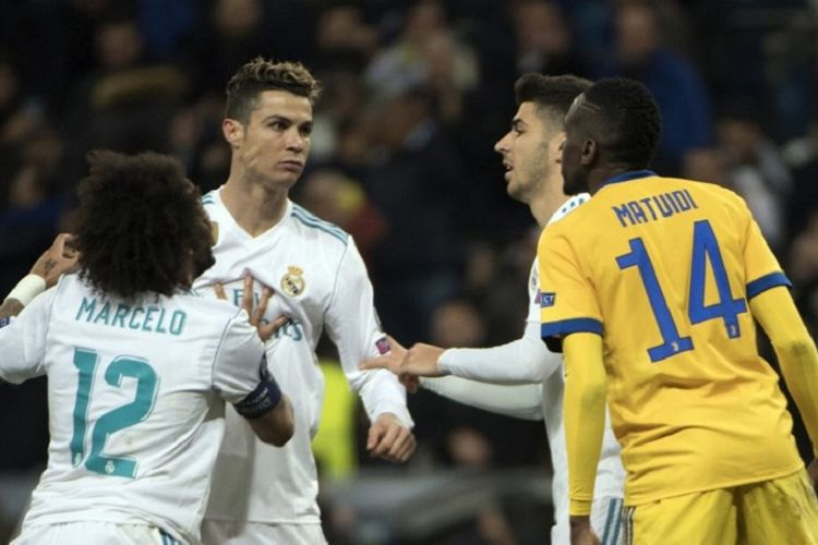 Cristiano Ronaldo tampak emosi kepada Blaise Matuidi saat Real Madrid menjamu Juventus pada pertandingan perempat final Liga Champions di Stadion Santiago Bernabeu, Rabu (11/4/2018).
