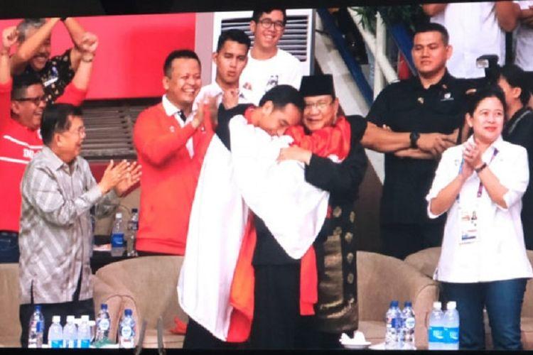 Peraih emas kategori tanding putra kelas C Hanifan Yudani Kusumah ajak Joko Widodo dan Prabowo Subianto berpelukan bersama, Rabu (29/8/2018).