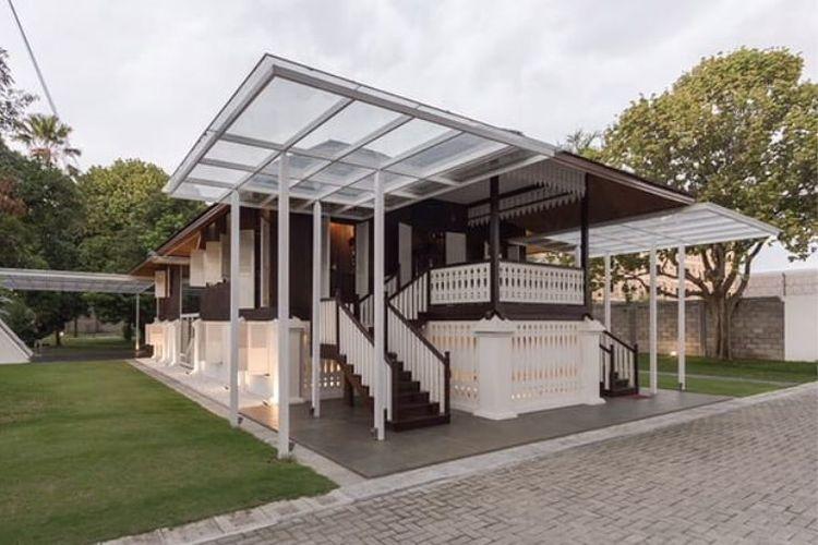 Rumah ini didirikan sejak tahun  1920-an dan berada di tengah Kota Medan.