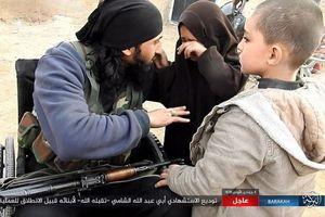 ISIS Rilis Foto Pengebom Bunuh Diri Berpamitan kepada Putrinya