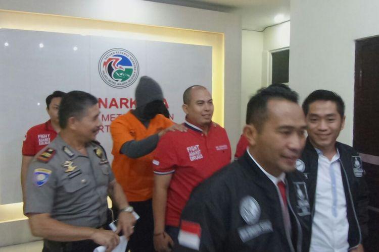 Penyanyi Marcello Tahitoe saat digiring dari Sat Narkoba Polres Metro Jakarta Selatan, Jumat (11/8/2017).