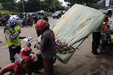 Pengendara Motor Bawa Karangan Bunga hingga Karung Beras Terjaring Razia di Jakarta Timur