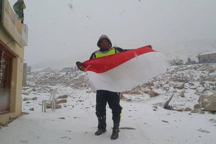 Biker yang menempuh perjalanan naik motor dari Jakarta-Himalaya, Gunadi (41) mengibarkan bendera merah putih di kawasan pegunungan tertinggi di dunia itu.