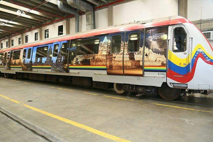Penari Bali muncul di kereta bawah tanah populer di Caracas Venezuela.