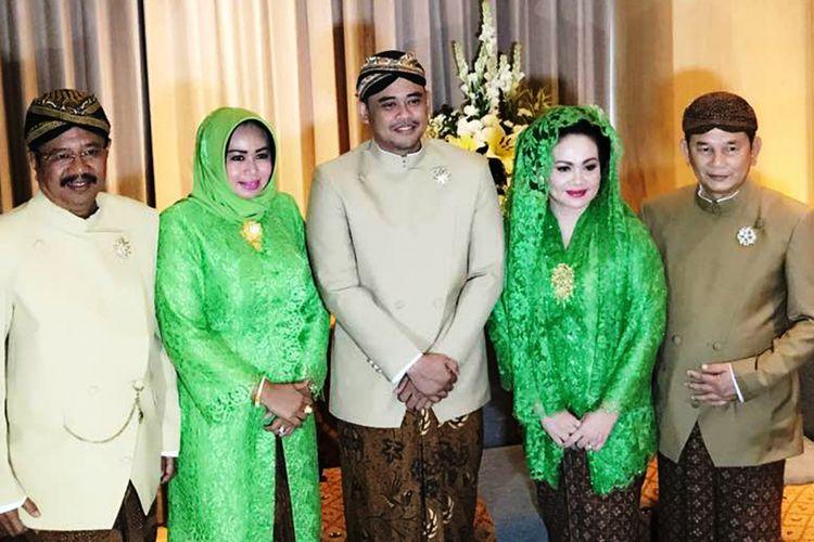 Gubernur Sumatera Utara Erry Nuradi melakukan tradisi siraman menjelang pernikahan putri Presiden Joko Widodo, Kahiyang Ayu dengan Bobby Afif Nasution, Selasa (7/11/2017).