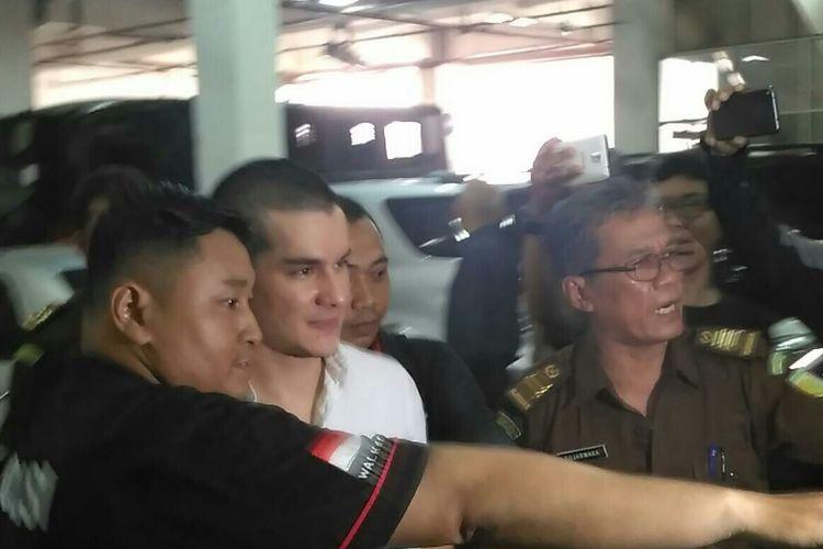 Artis peran Steve Emmanuel menjalani sidang perdana dugaan kasus narkoba di Pengadilan Negeri Jakarta Barat, Slipi, Kamis (21/3/2019).(KOMPAS.com/ANDIKA ADITIA)