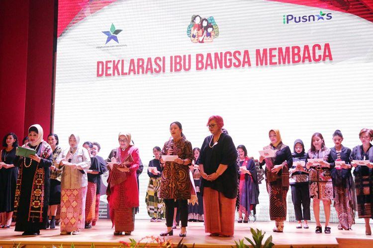 Menko PMK Puan Maharani membacakan kutipan novel karya NH Dini saat  peringatan Hari Ibu 2018 dan Gerakan Ibu Bangsa Membaca, Kamis (13/12/2018) di auditorium utama gedung Perpustakaan Nasional RI, Kamis (13/12/2018)