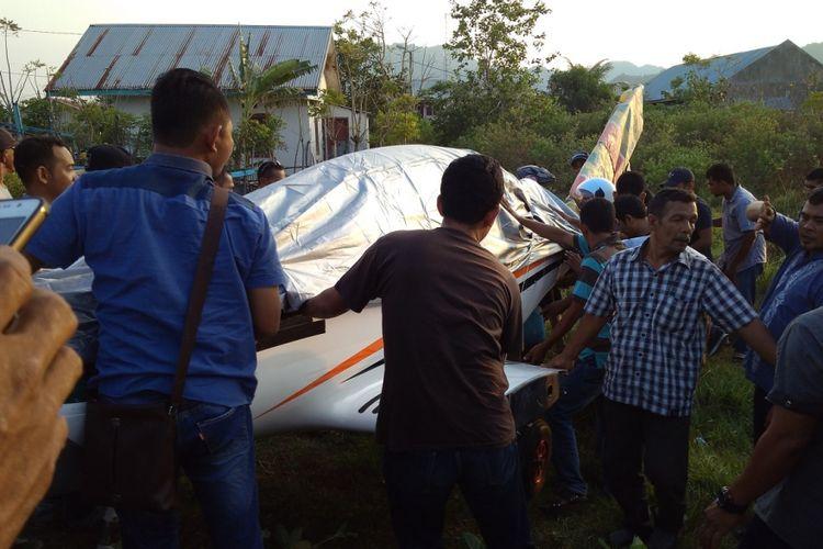 Warga ikut membantu mengevakuasi Pesawat Gubernur Aceh Irwandi Yusuf, yang mendarat darurat di kawasan Pantai Lam Awe, Aceh Besar. Pesawat jenis Shark Aro PK S121 ini mengalami kerusakan mesin dalam perjalanan kunjungan kerja Irwandi Ysuf ke sejumlah daerah